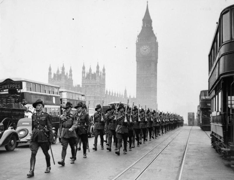 1940 : Des troupes australiennes défilent avec Big Ben en arrière plan.