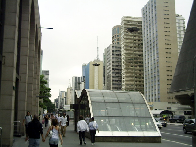 Fichier:Avenida Paulista - Metrô e skyline.JPG
