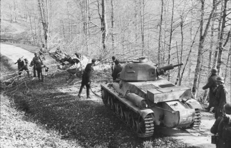 Guérilla et contre-guérilla dans les Balkans [Dossier photo] Bundesarchiv_Bild_101I-173-1143-21,_Balkan,_Beutepanzer_H39_im_Wald