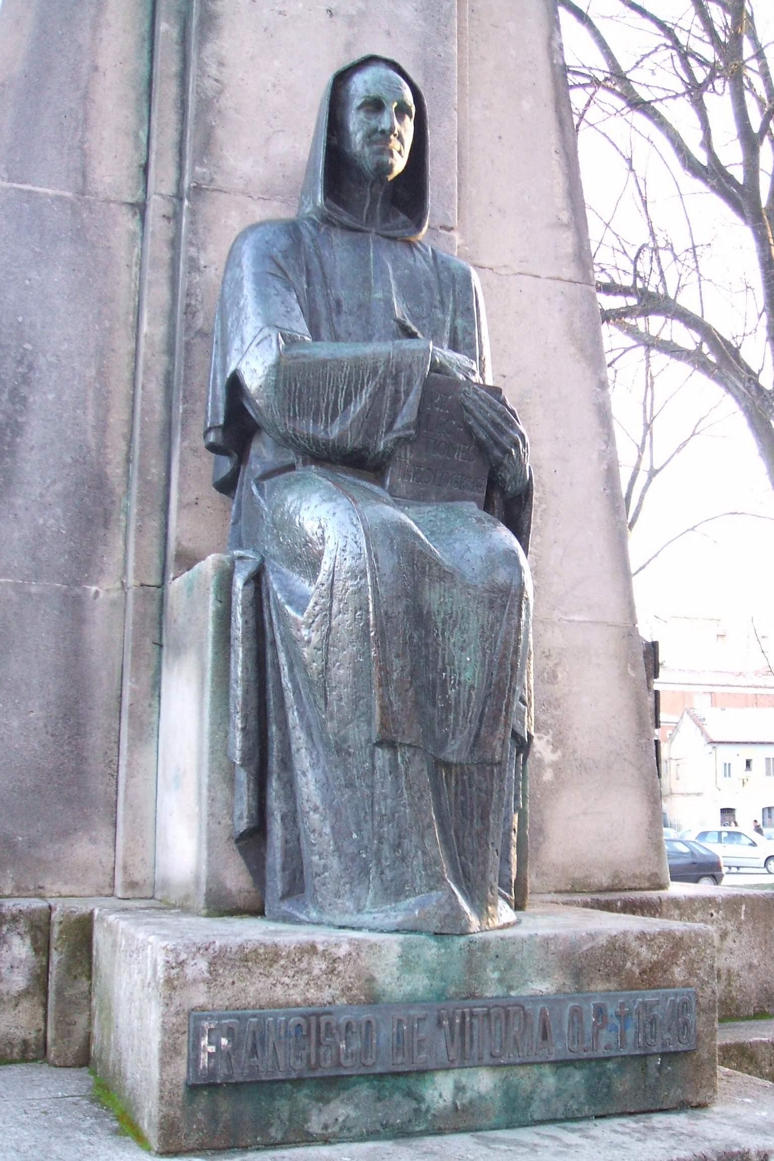 Estatua de Francisco de Vitoria en el monumento a Santo Domingo de Guzmán en [[Burgos