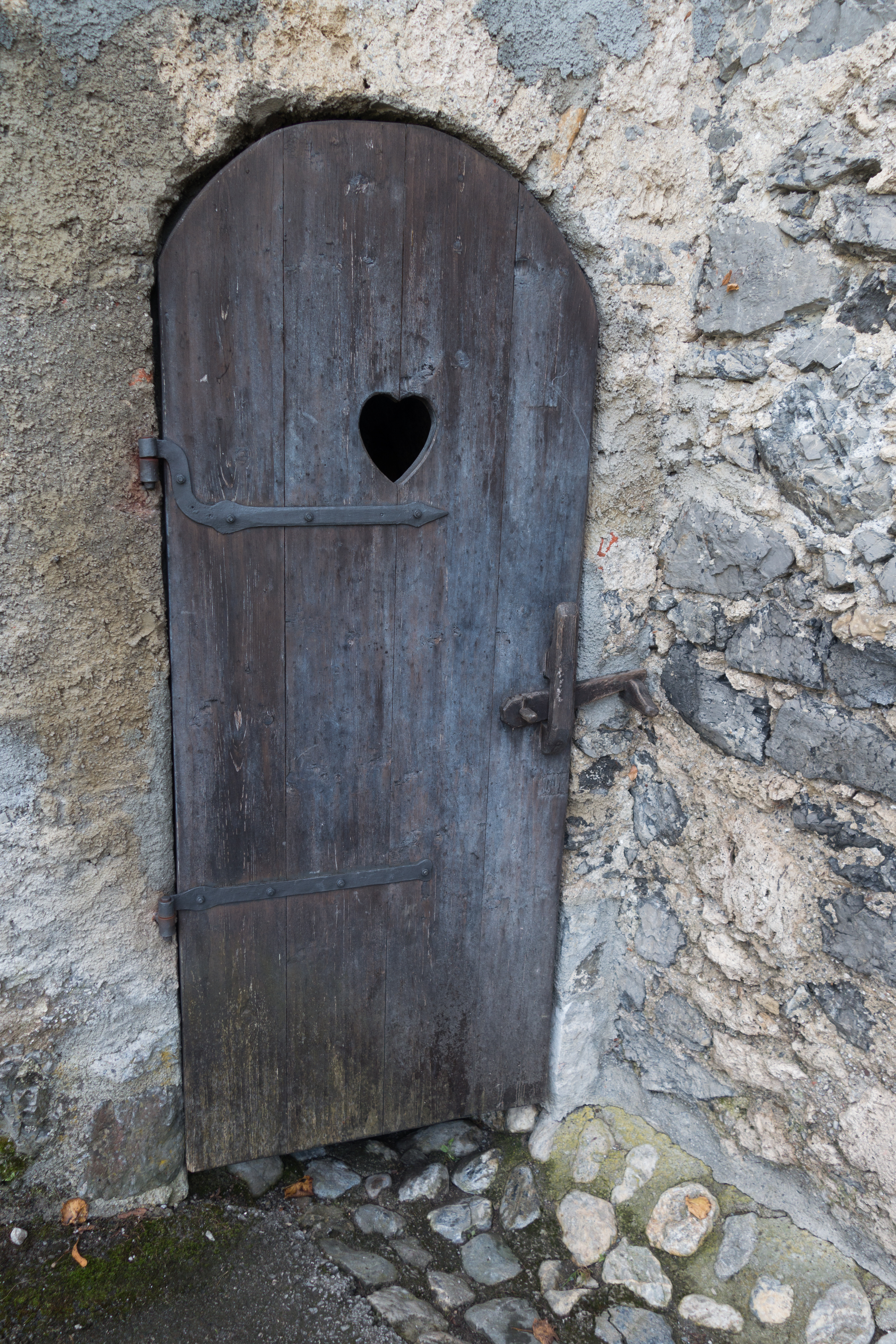 FileCastle outhouse door (27410381340).jpg & File:Castle outhouse door (27410381340).jpg - Wikimedia Commons