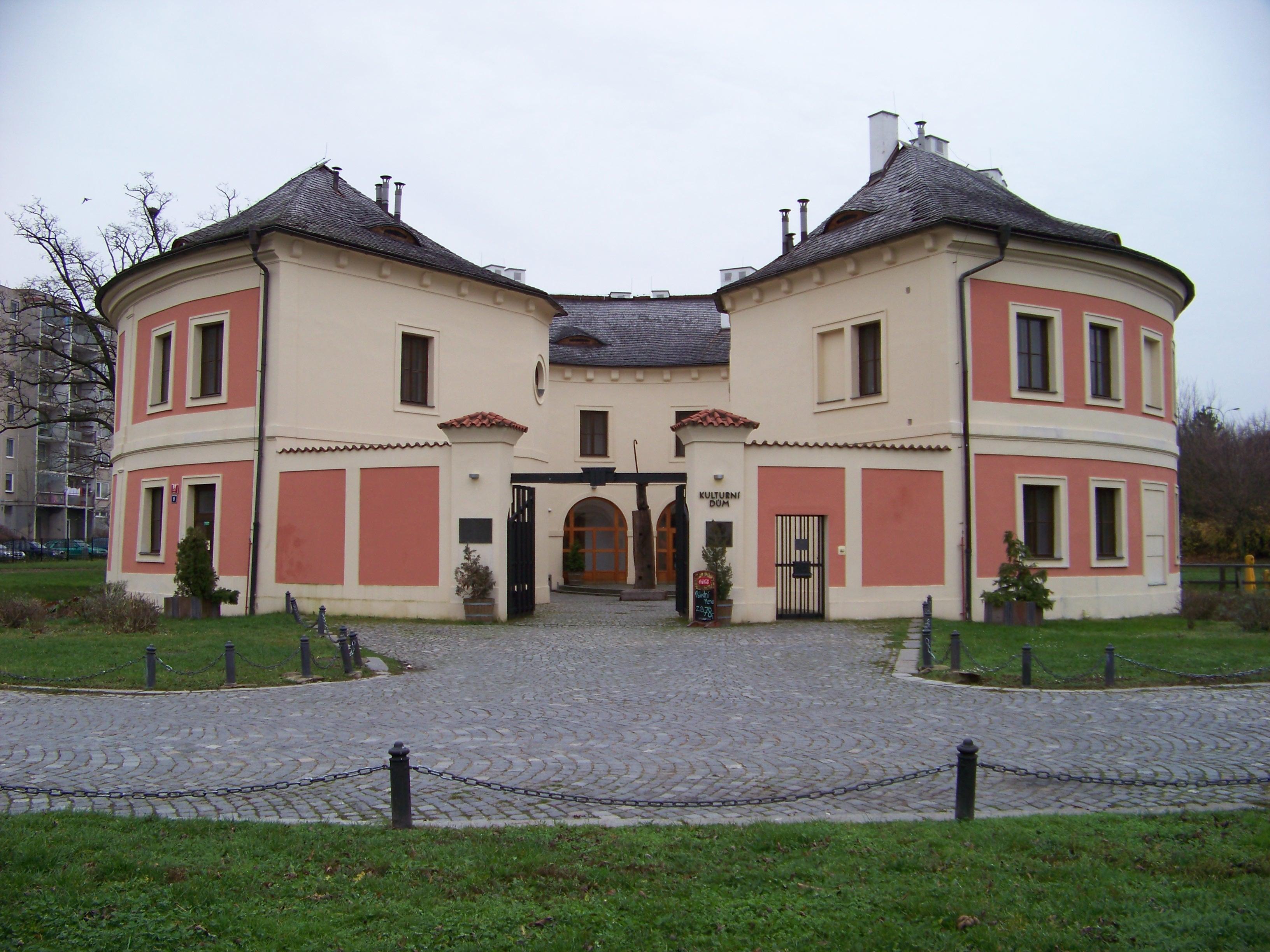Chodovská tvrz (zdroj: ŠJů (cs:ŠJů), CC BY-SA 3.0 <https://creativecommons.org/licenses/by-sa/3.0>, via Wikimedia Commons)