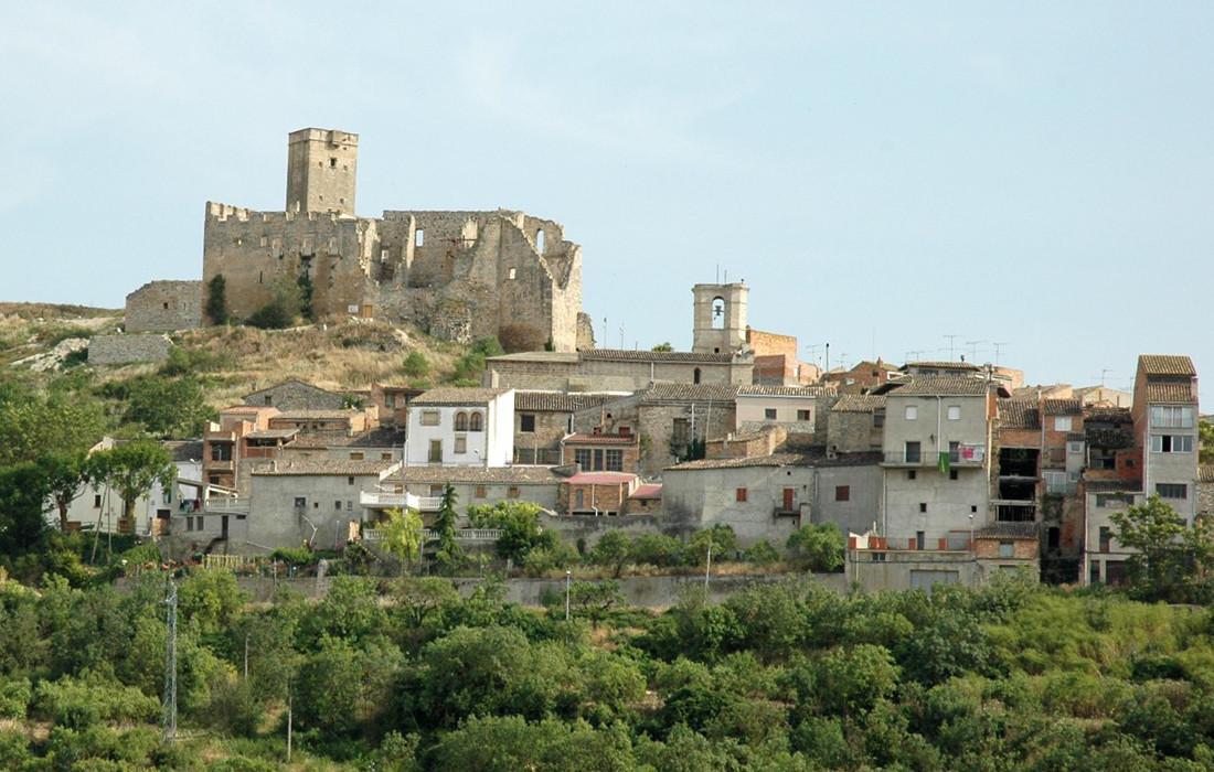 Ciutadilla amb la silueta del castell (© Wikimedia)