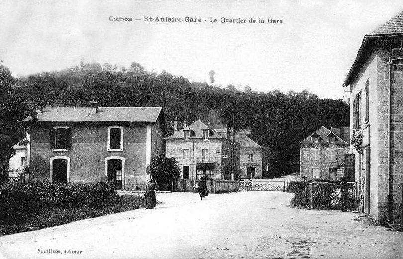 Le bâtiment voyageurs et le passage à niveau de la gare de Saint-Aulaire en Corrèze.