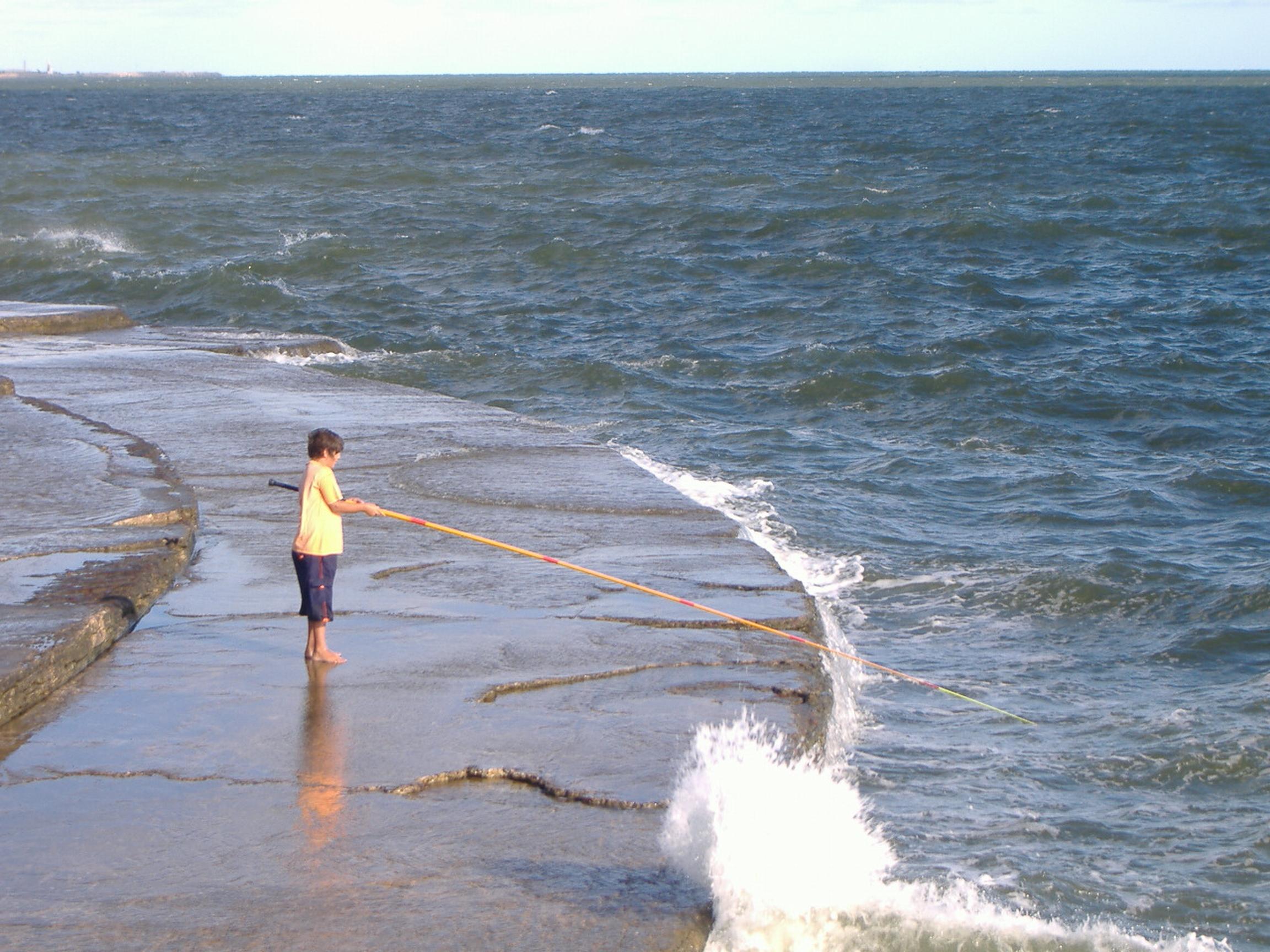 Descrição garoto pesca no rio da prata em montevidéu