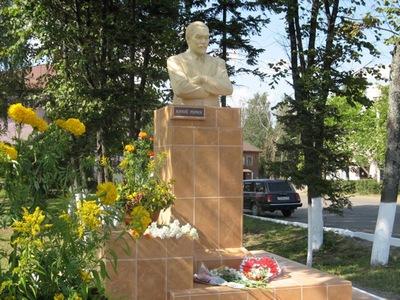 Памятник Юрию Николаевичу Рериху в Окуловке