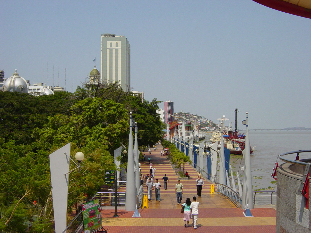 http://upload.wikimedia.org/wikipedia/commons/6/69/Guayaquil_Malecon2000.JPG?uselang=fr