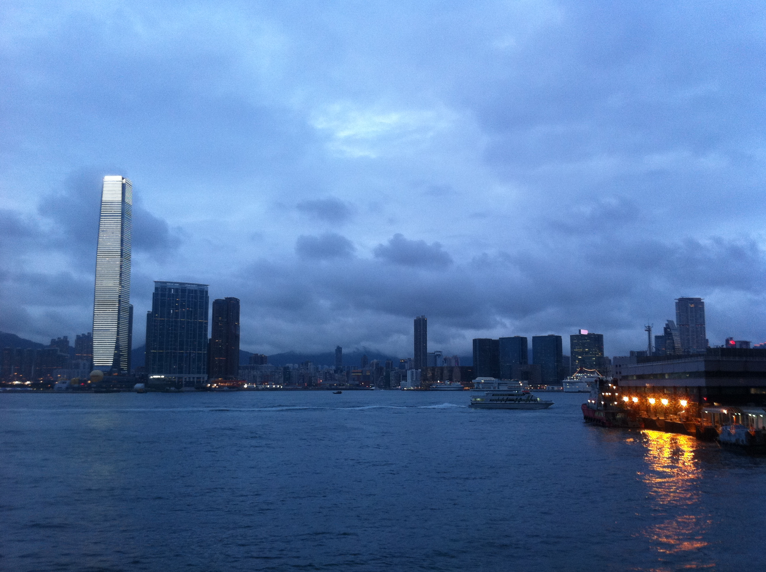 https://upload.wikimedia.org/wikipedia/commons/6/69/HK_Sheung_Wan_evening_port_seaview_Victoria_Harbour_Oct-2011.jpg