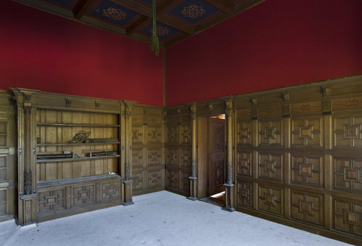 File interieur overzicht bibliotheek met hoge antieke eikenhouten paneellambrisering - Interieur bibliotheek ...
