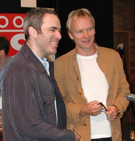 Sting con el ajedrecista Garry Kasparov en Times Square (Nueva York) en 2007.