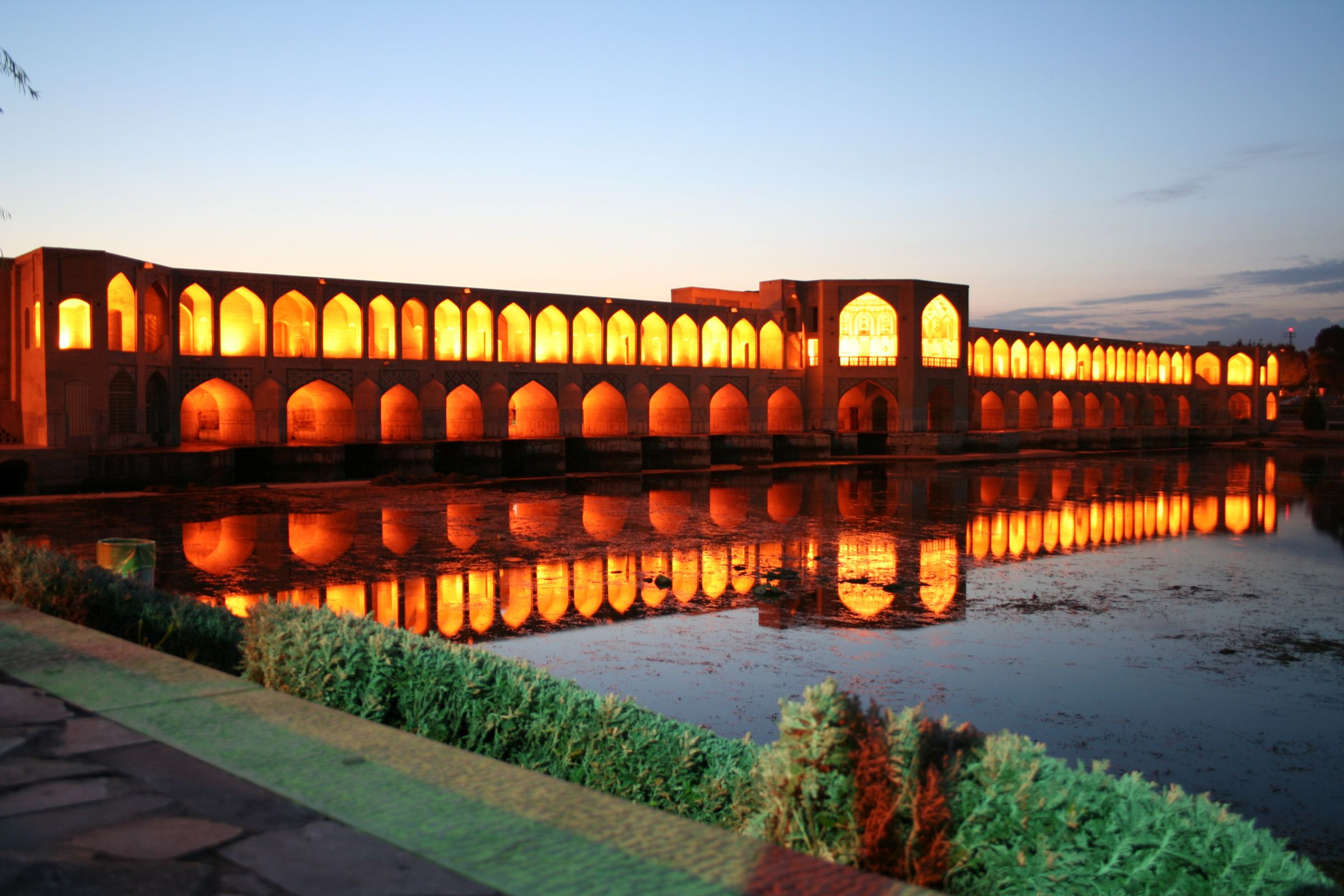 Khaju Bridge, Image source: http://upload.wikimedia.org/wikipedia/commons/6/69/Khaju_Bridje_at_night.jpg