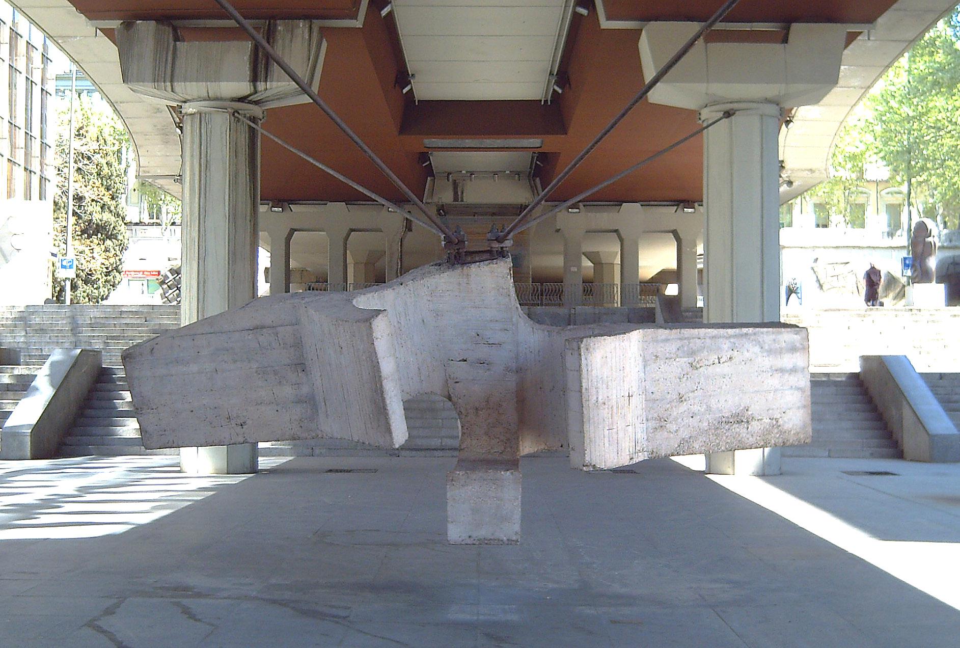 Fotografía de La sirena varada de Chillida en el Museo de la Castellana