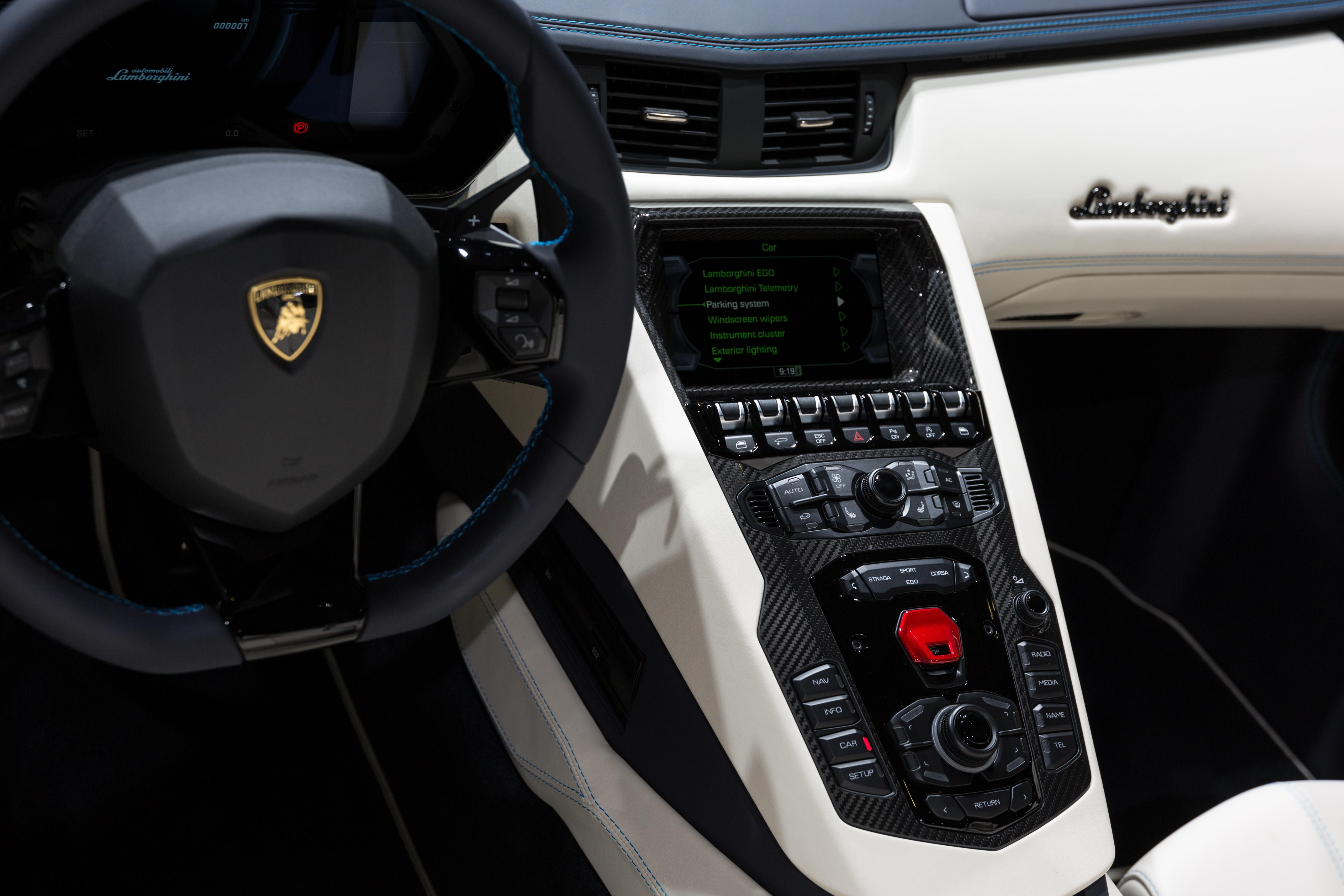 Lamborghini veneno roadster interior for Interior lamborghini