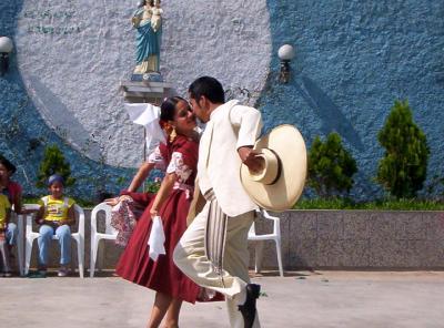 Danza con trajes típicos