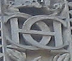 Monogramme de Catherine de Médicis sur la colonne Médicis en 1574.jpg