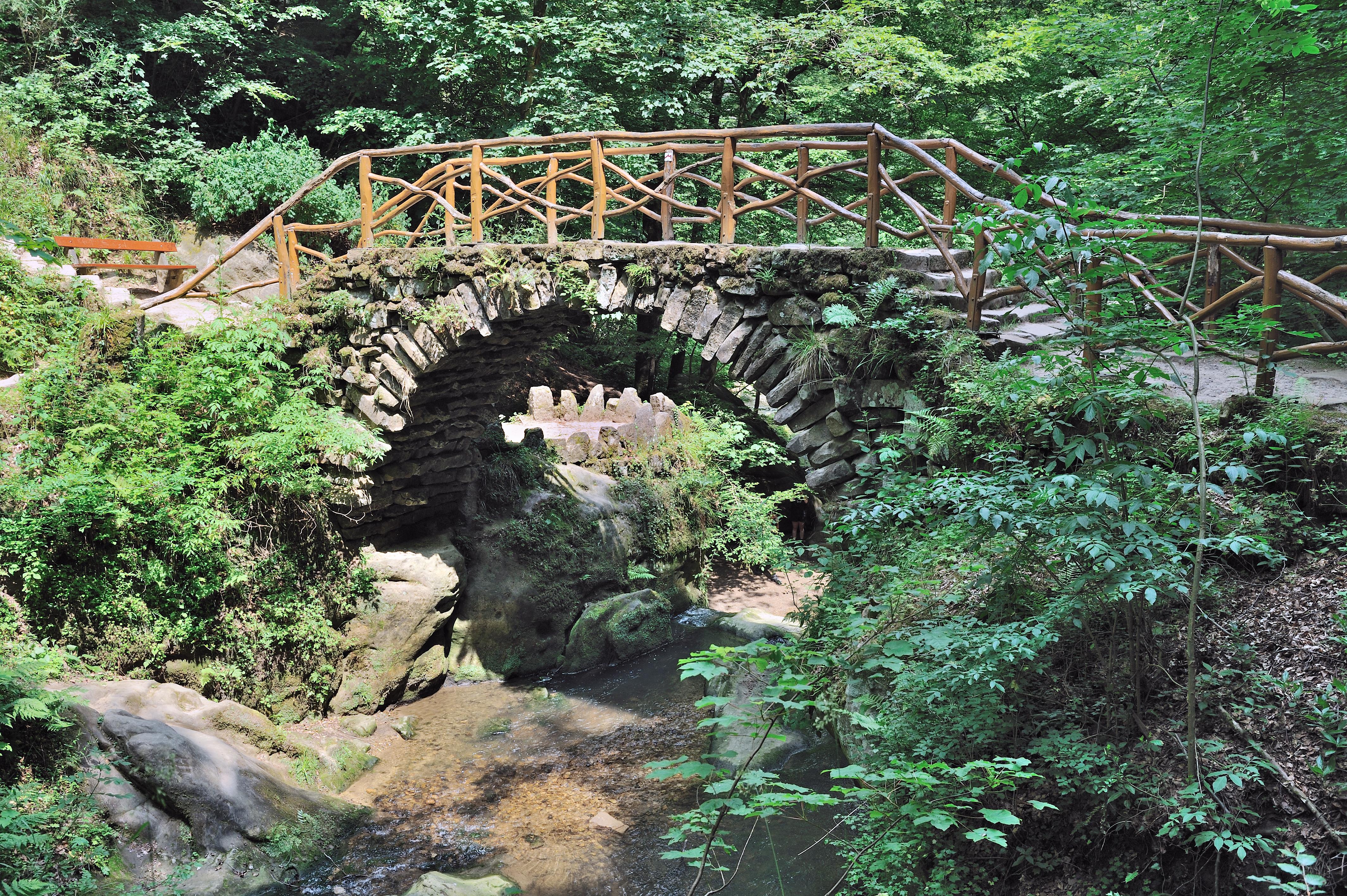 Im Müllerthal steht diese alte Steinbrücke.
