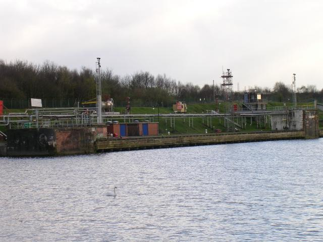 Partington Oil Terminal and Manchester Ship Canal - geograph.org.uk - 2314