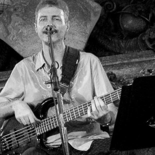 Detalle de una fotografía de Pedro Aznar dando un recital en la Casa Rosada (Buenos Aires) el 6 de mayo de 2005.