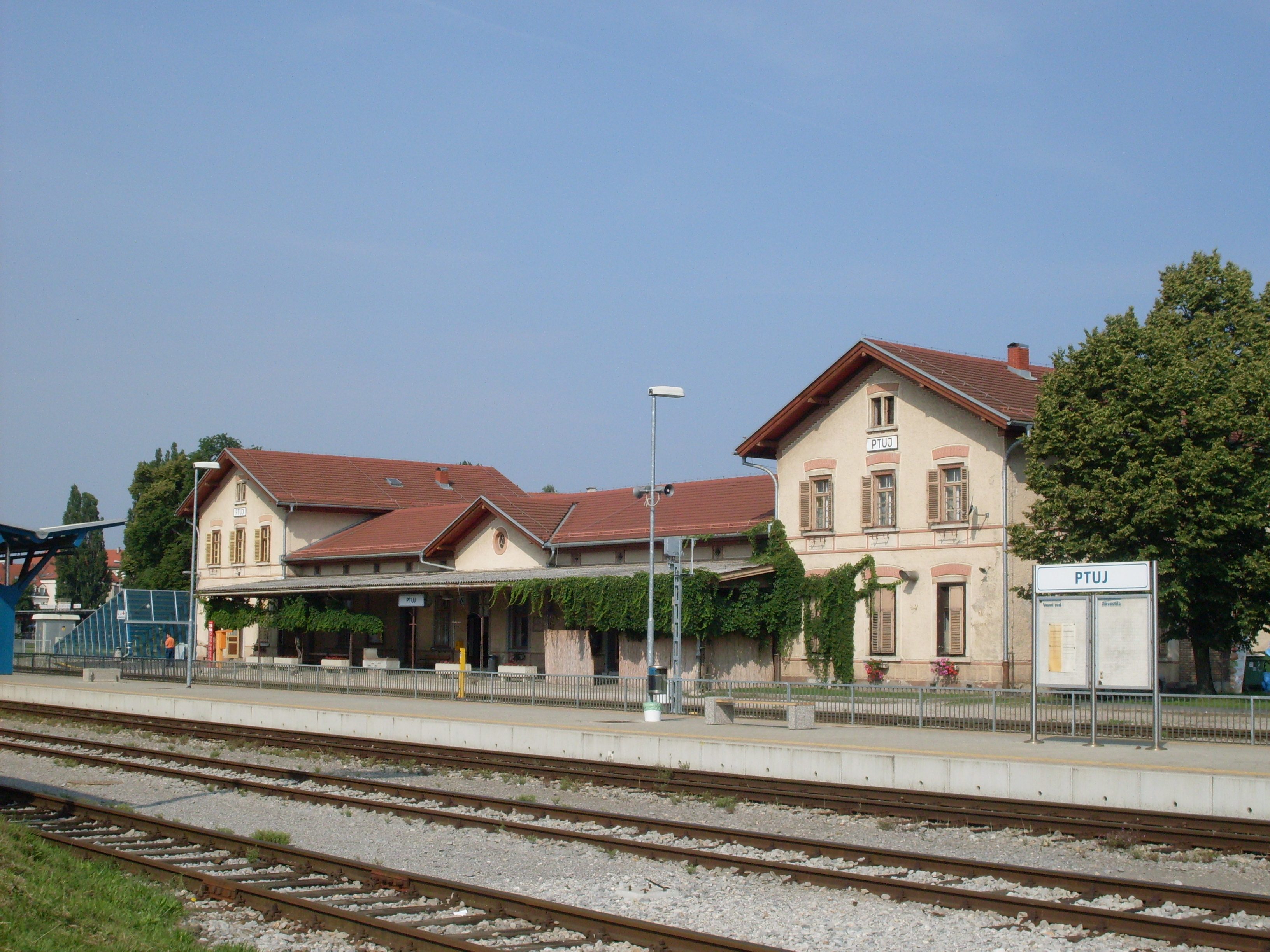https://upload.wikimedia.org/wikipedia/commons/6/69/Ptuj-train_station.jpg