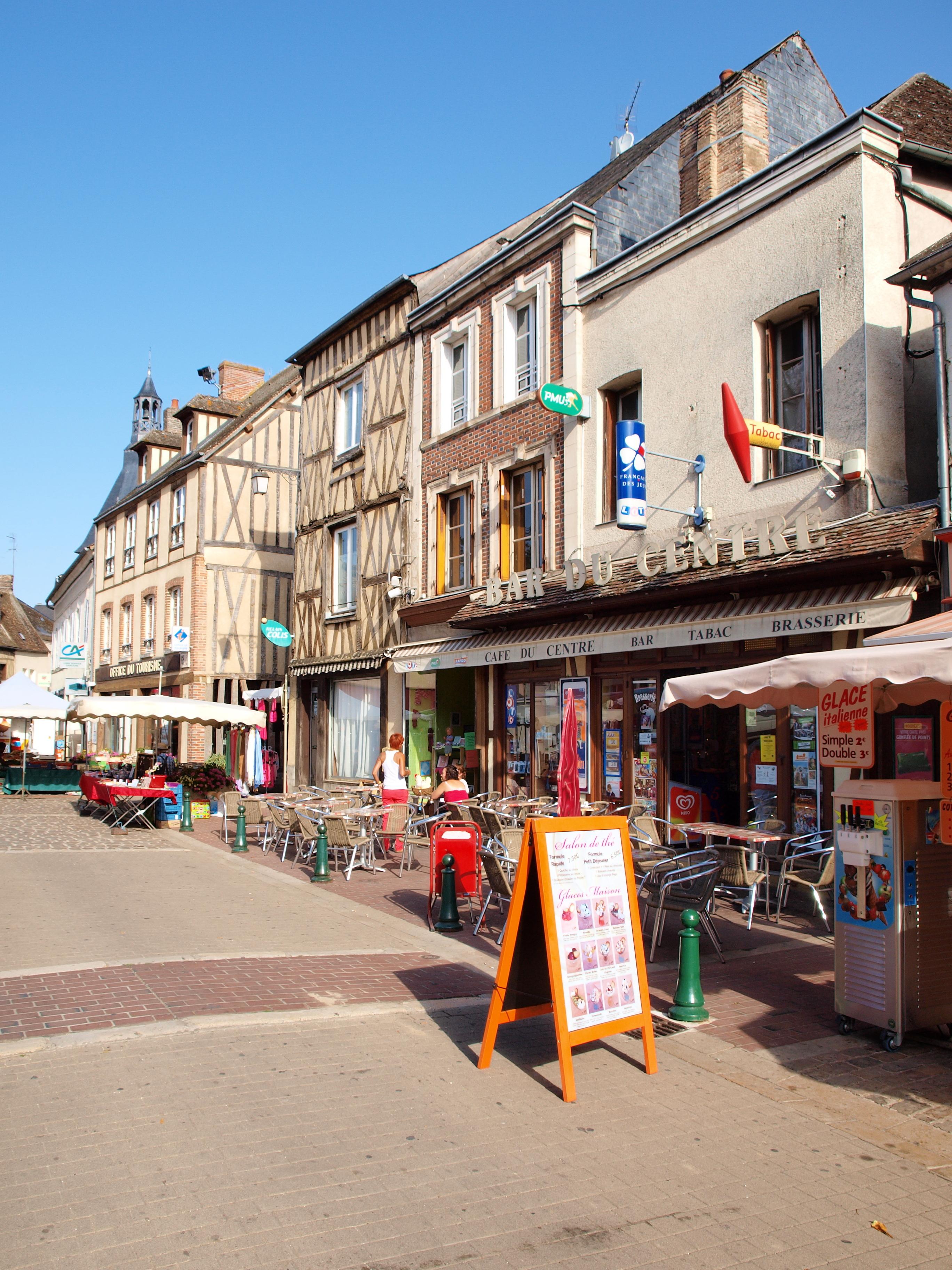 File:Saint Fargeau FR 89 Jour De Marché 01.