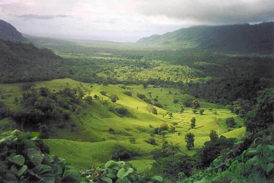 Pemandangan Lembah Falefa dari Le Mafa Pass, Upolu timur.