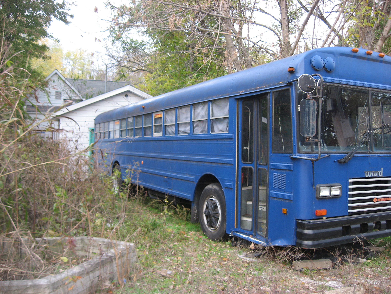 File:Sixth Street West 1021 garage with school bus, Bloomington West Side  HD.