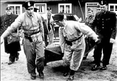 Poliisit raahavat Hedinin ruumista