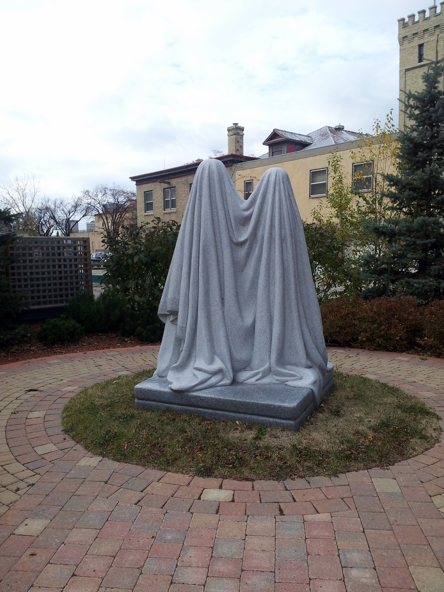 file monument granite sculpture at jardin de sculptures. Black Bedroom Furniture Sets. Home Design Ideas