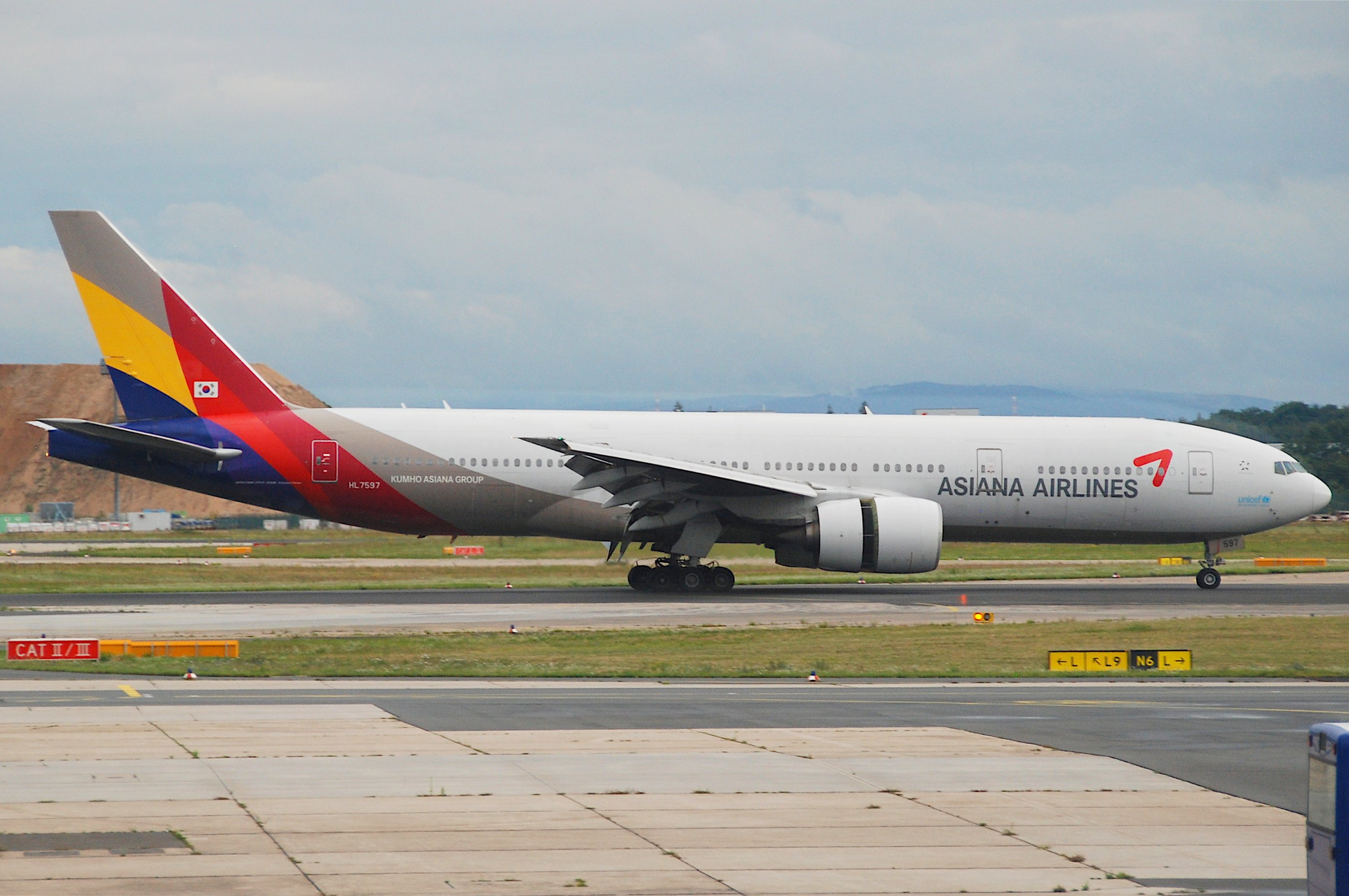 File:Asiana Airlines Boeing 777-200ER; HL7597@FRA;17.07 ...