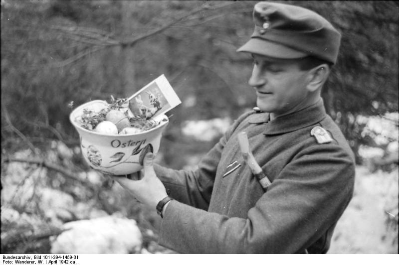 File:Bundesarchiv Bild 101I-394-1459-31, Russland, Soldat mit Osternest.jpg