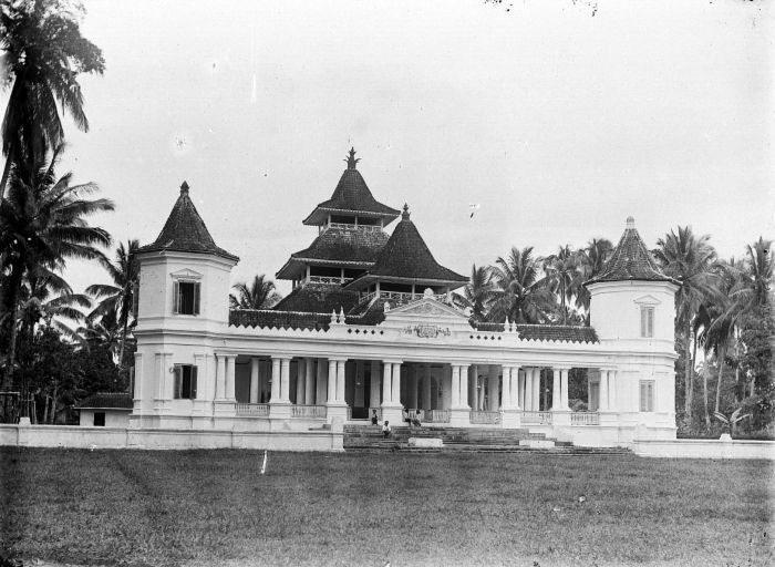 File:COLLECTIE TROPENMUSEUM Moskee in Manondjaja TMnr 10016652.jpg