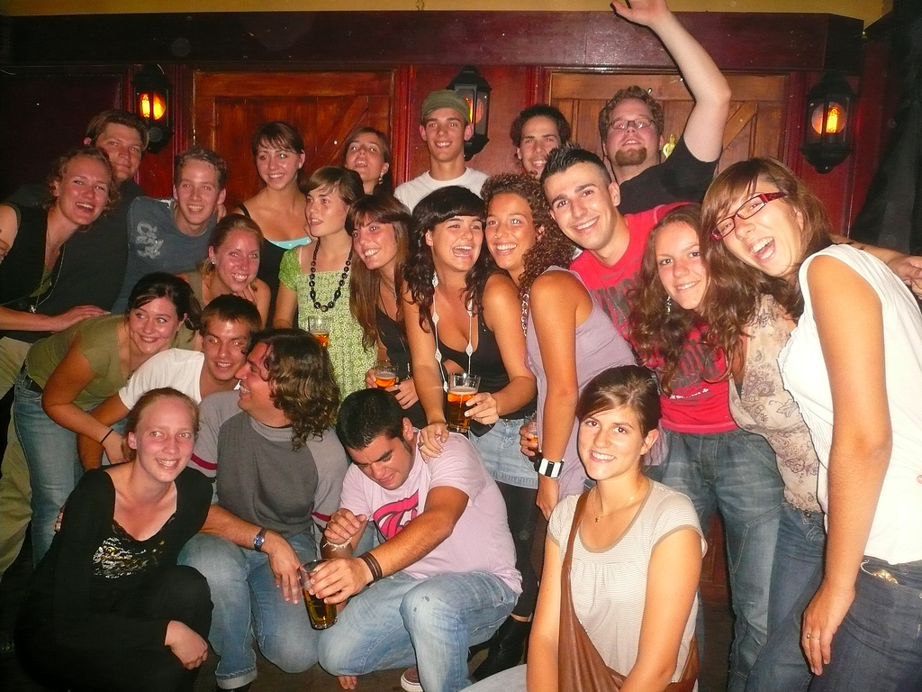 https://upload.wikimedia.org/wikipedia/commons/6/6a/Erasmus_students_at_a_party_in_Groningen%2C_Netherlands_%282007%29.jpg