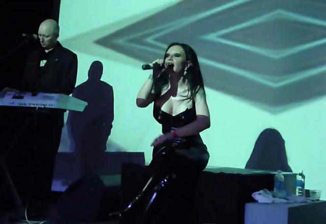 Fangoria interpretando una canción en la gira Absolutamente.