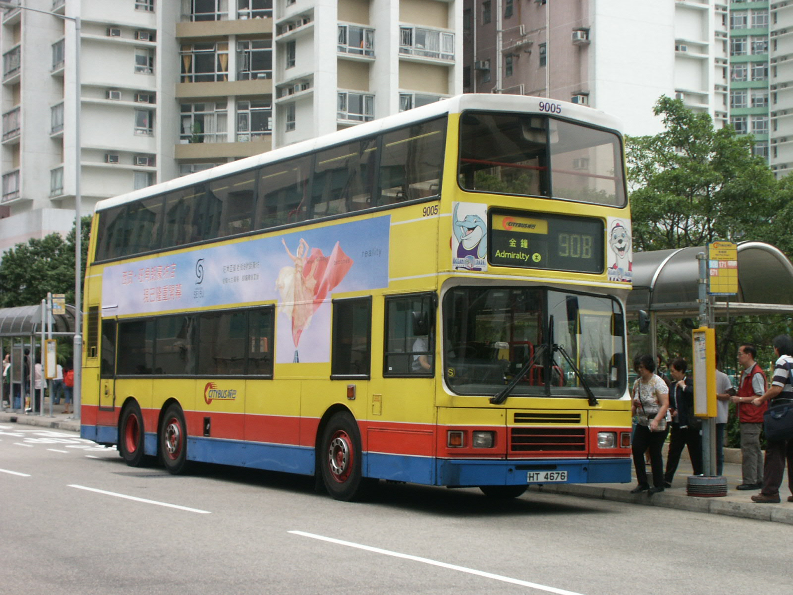 Second-hand Hong Kong tri-axle buses imported to the United Kingdom