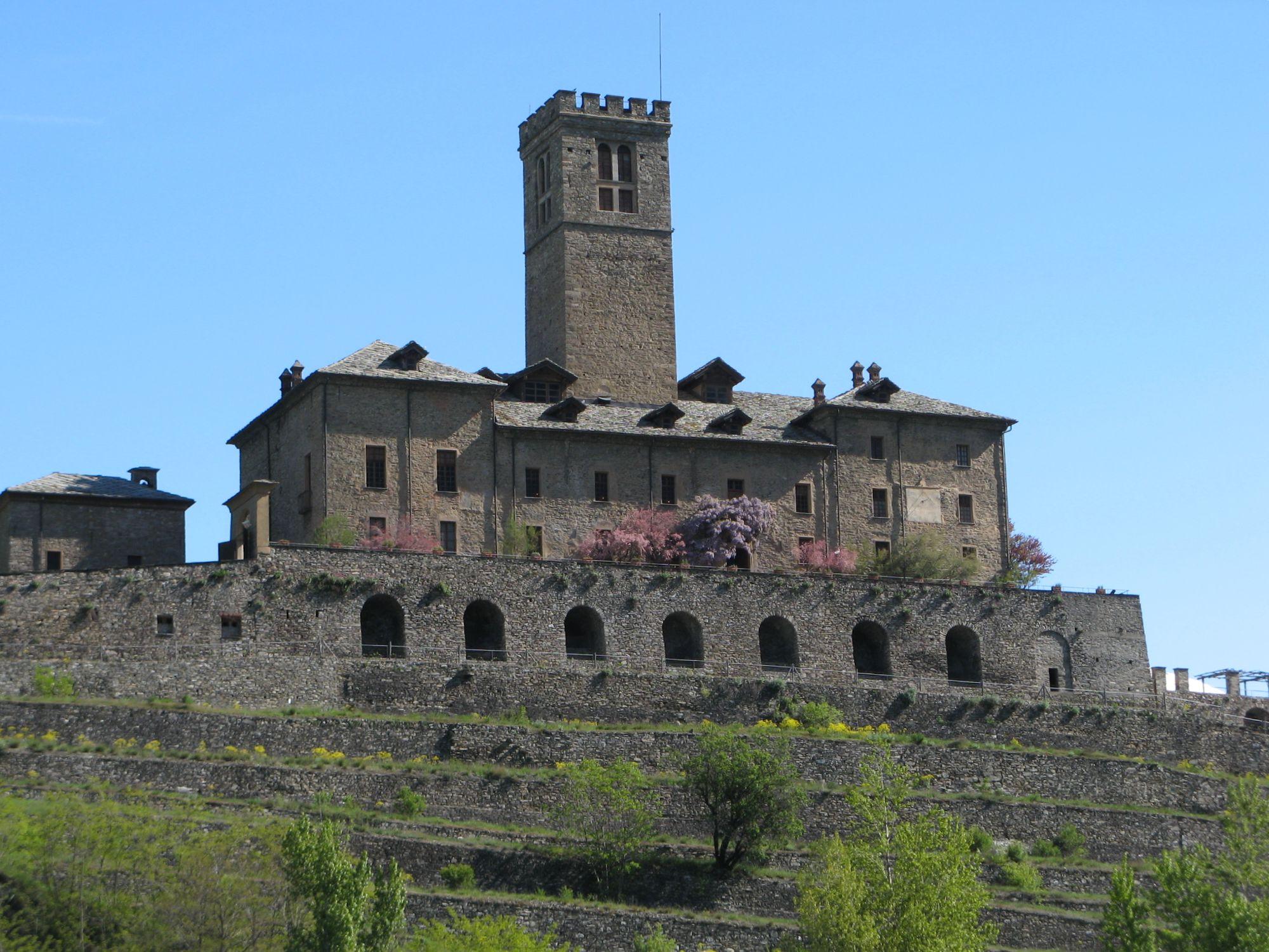 File:Il castello di Sarre.jpg - Wikimedia Commons