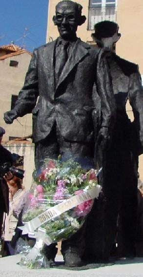 Escultura de Agapito Marazuela en la plazuela de la judería de Segovia (obra de José María Moro).