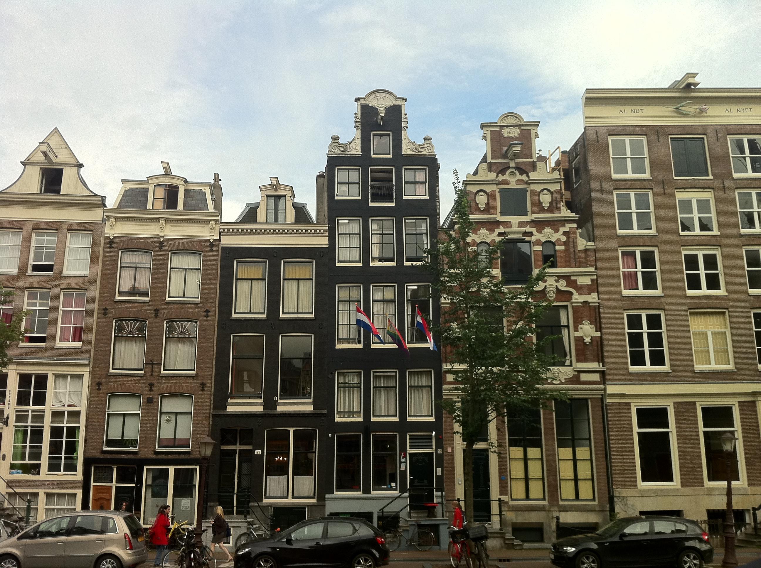 Fors huis met gevel onder rechte lijst in amsterdam monument - Huis gevel ...