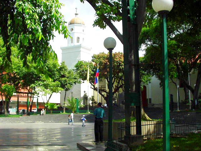http://upload.wikimedia.org/wikipedia/commons/6/6a/PlazaBolivarDeChacao2004-8.jpg