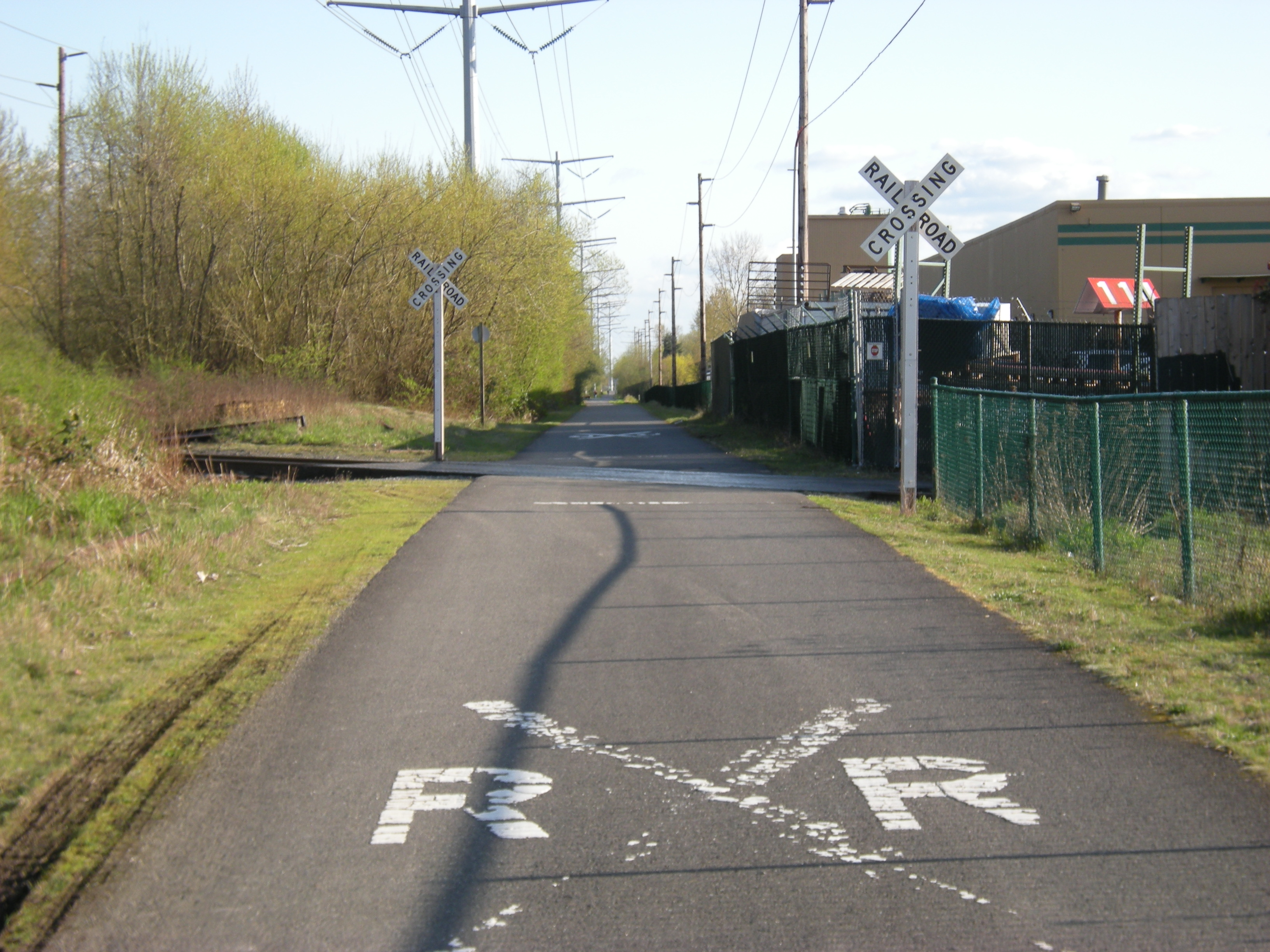 Railroad crossing on Interurban Trail (South) (Wikimedia Commons CC by SA 2.0)
