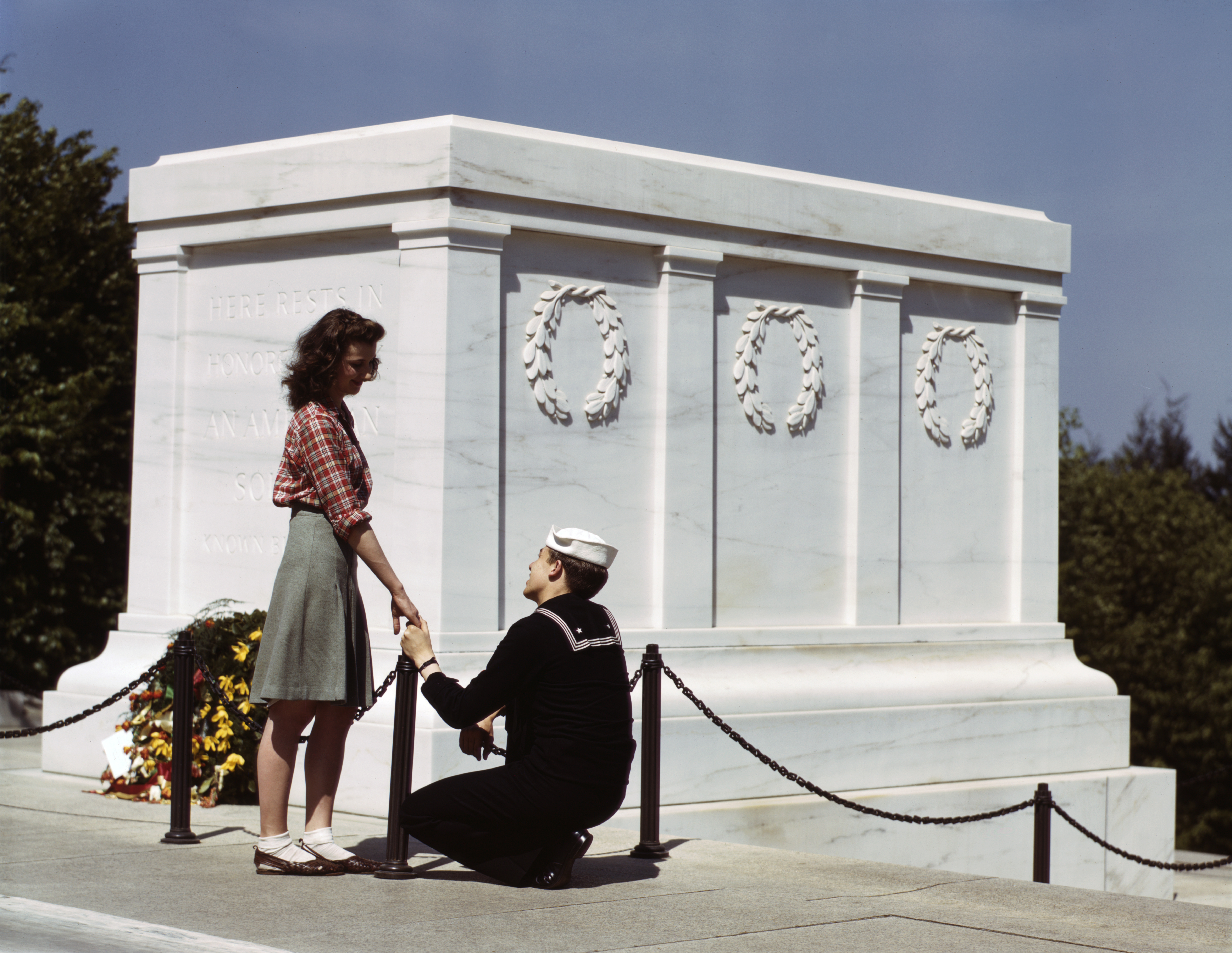 149e35f115ab File Sailor   Girl at Tomb of Unknown Soldier.jpg - Wikimedia Commons