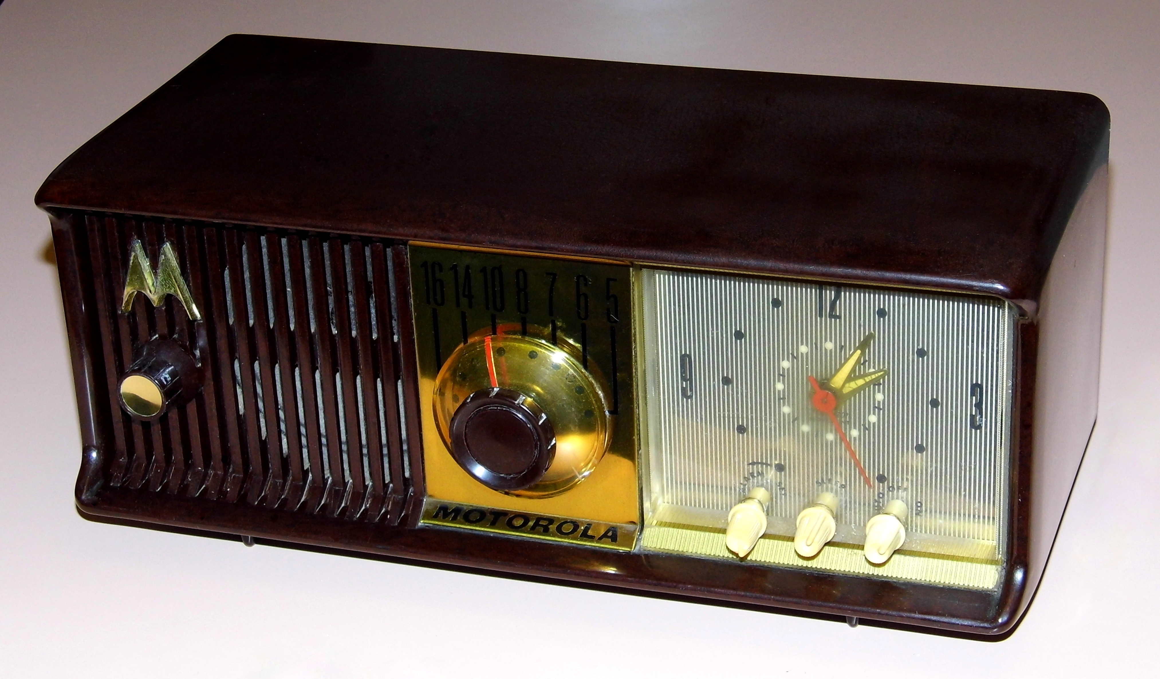 File:Vintage Motorola Table Clock Radio, Model 56CD, AM ...
