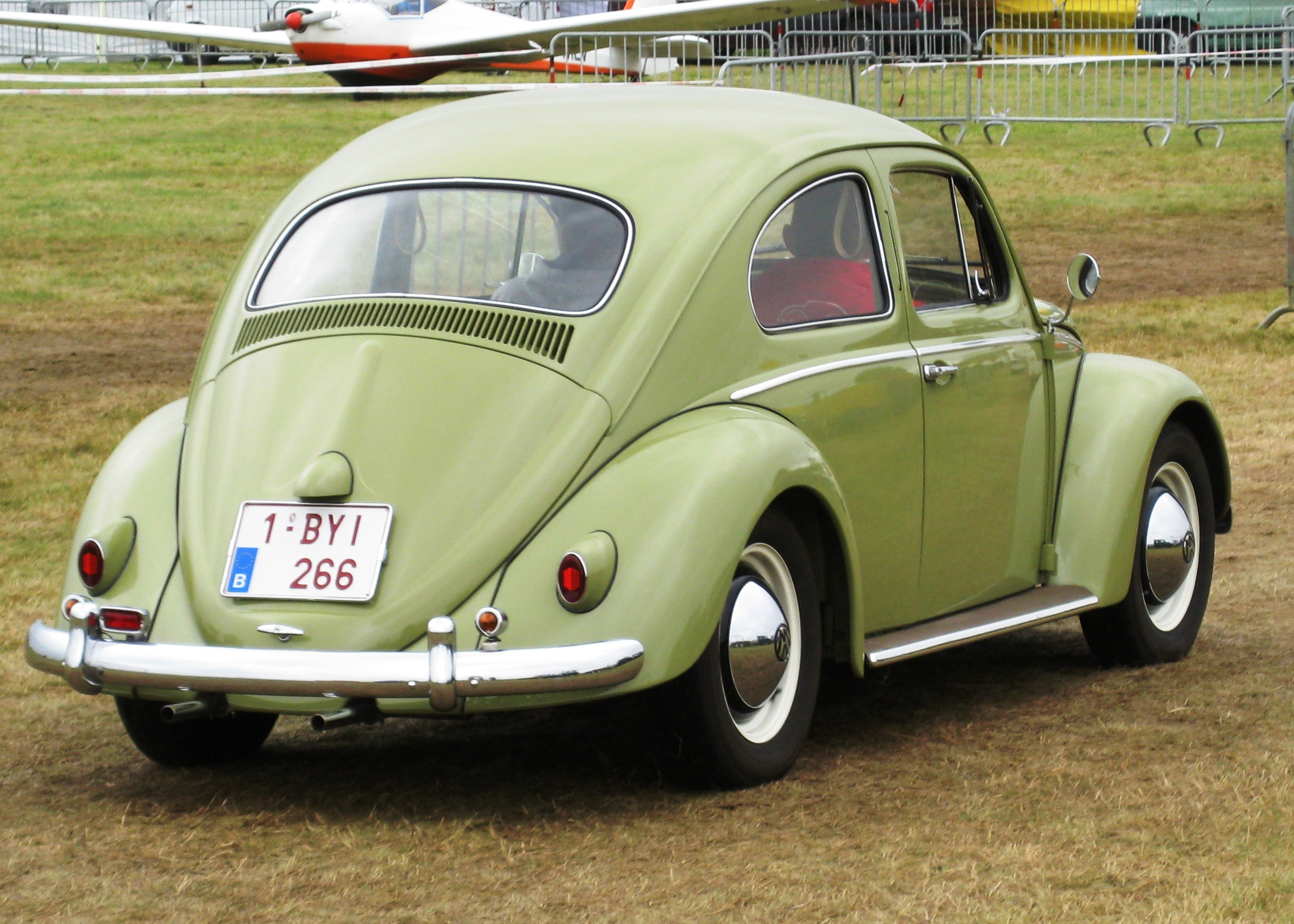 Volkswagen_Beetle_%28ca_1961%29_rear_thr