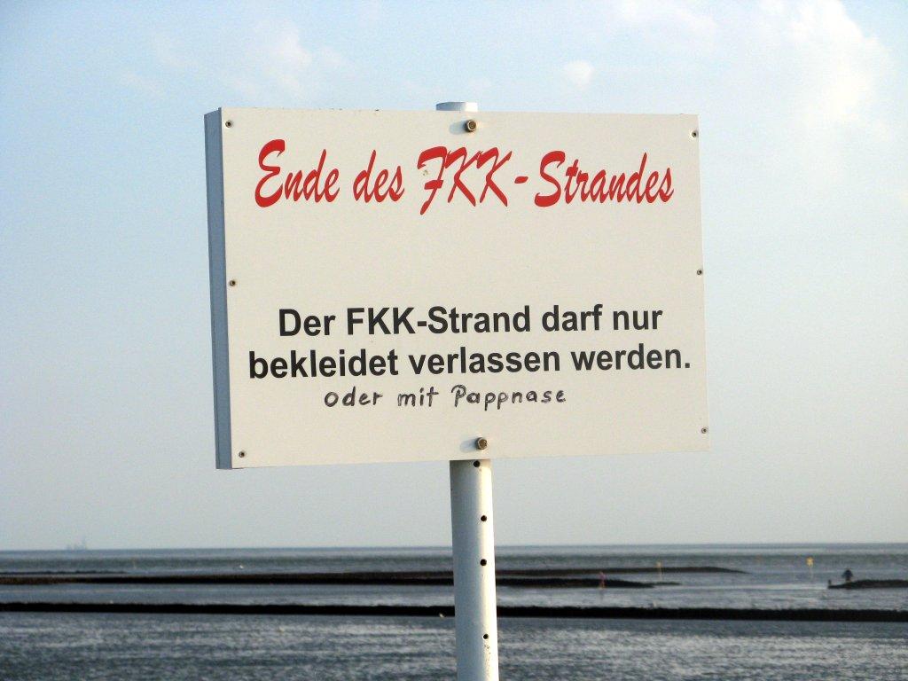 """""""Der FKK-Strand darf nur bekleidet verlassen werden."""" Schild in Westerdeichstrich."""