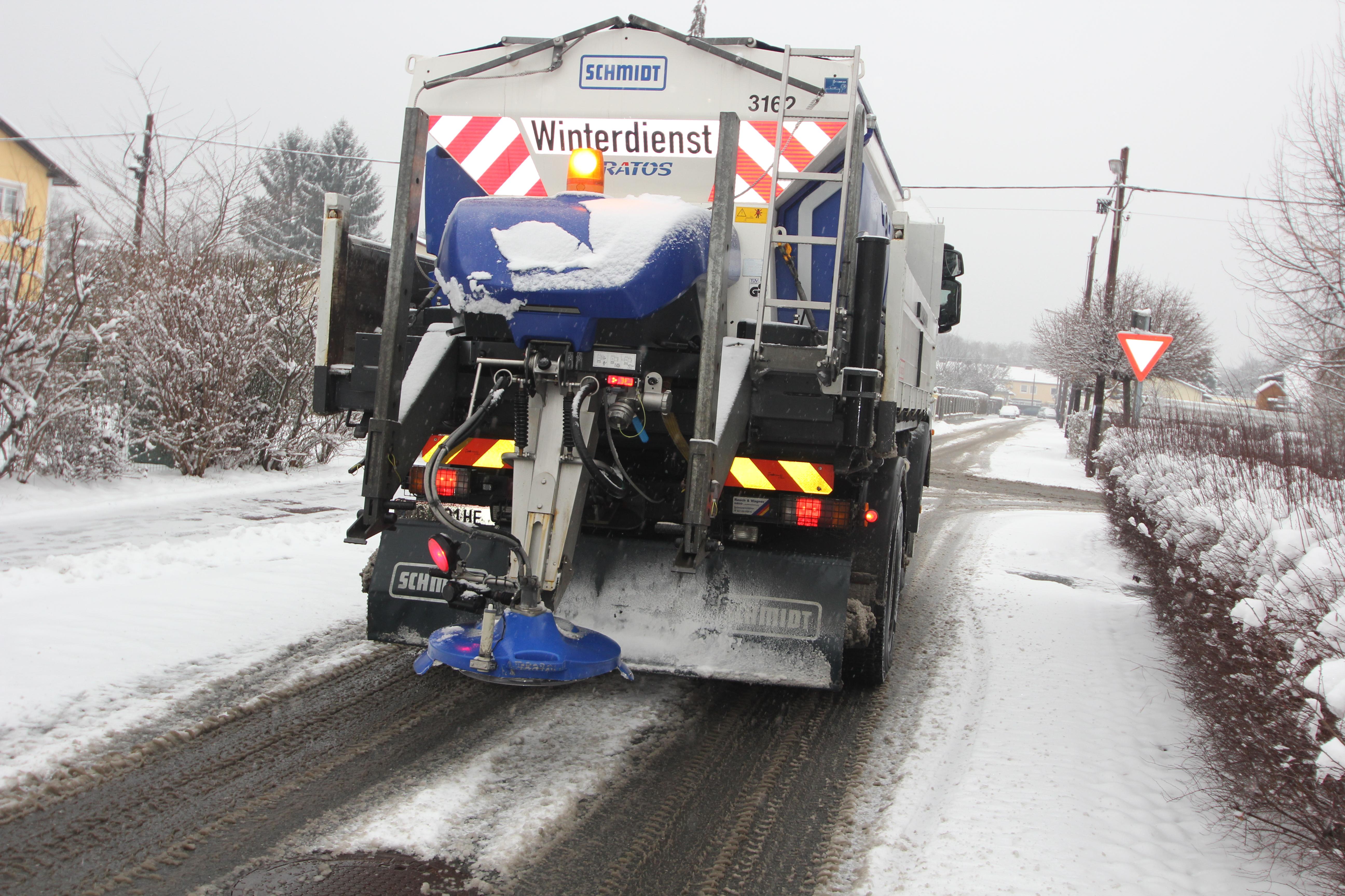 Winterdienst  File:Winterdienst mit Heimo, Salzstreuen im Jänner 2014 ...