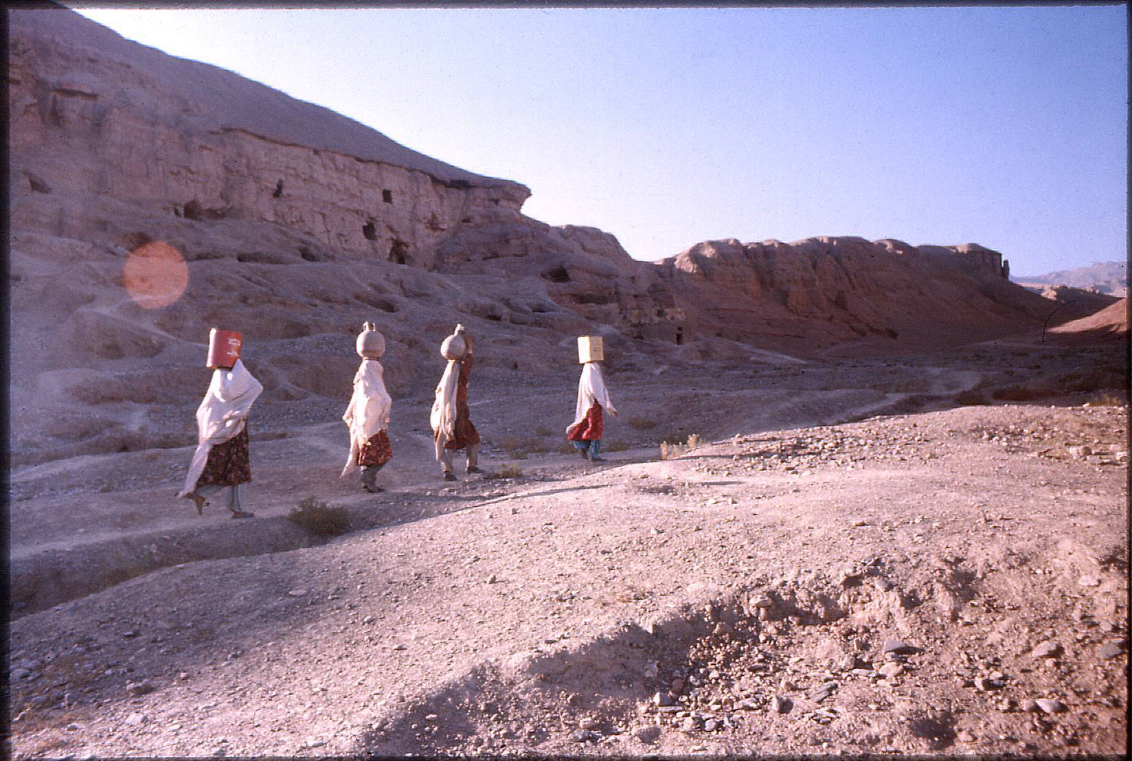 https://upload.wikimedia.org/wikipedia/commons/6/6a/Women_carrying_water_in_Afghanistan,_near_Bamiyan,_1976.jpg