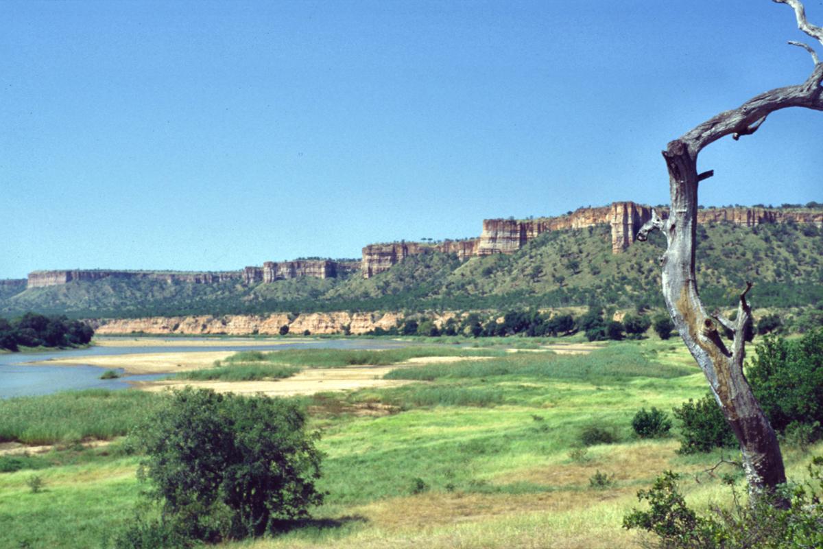 http://upload.wikimedia.org/wikipedia/commons/6/6a/Zimbabwe_Gonarezhou_Landscape_Chilojo_Cliffs.jpg?uselang=ru