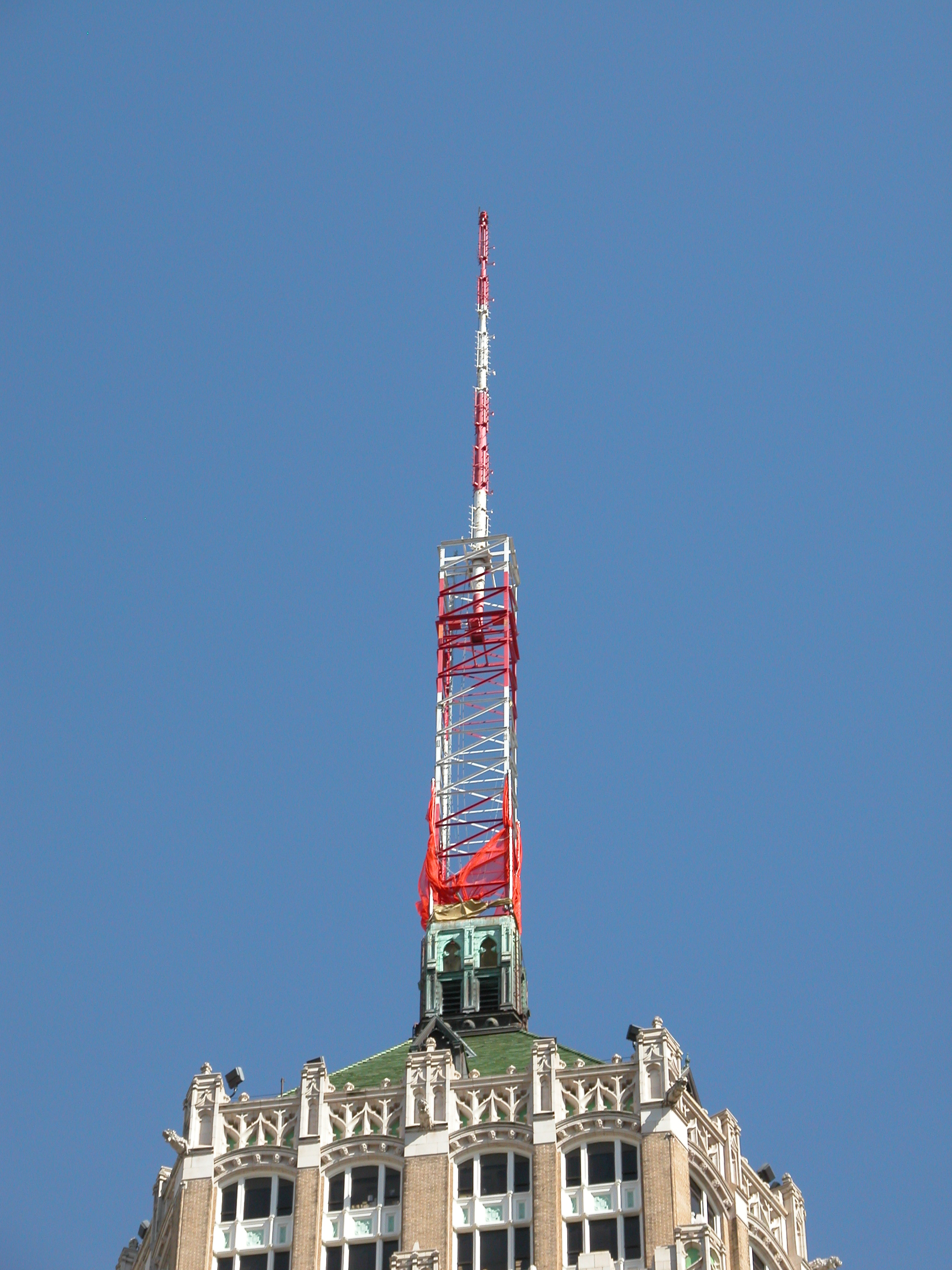 File:164-foot television antenna, Tower Life Building, 2006