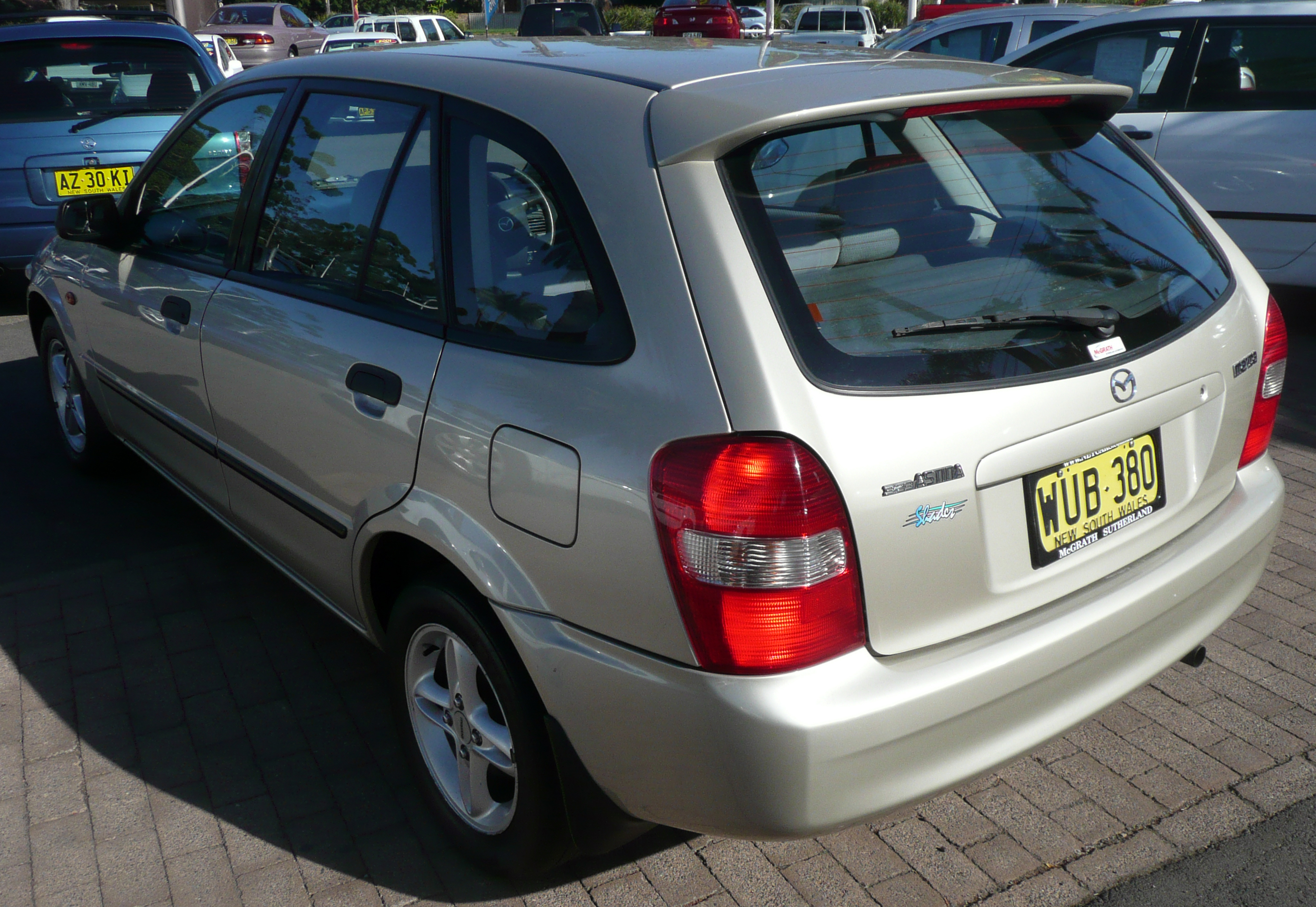 https://upload.wikimedia.org/wikipedia/commons/6/6b/2000_Mazda_323_%28BJ%29_Shades_Astina_5-door_hatchback_02.jpg