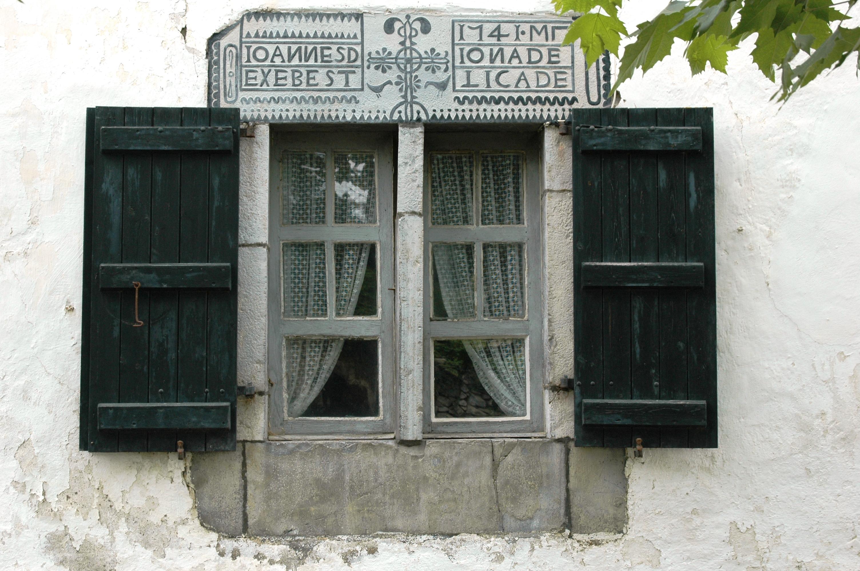 File ainhice mongelos fen tre wikimedia for Linteau fenetre