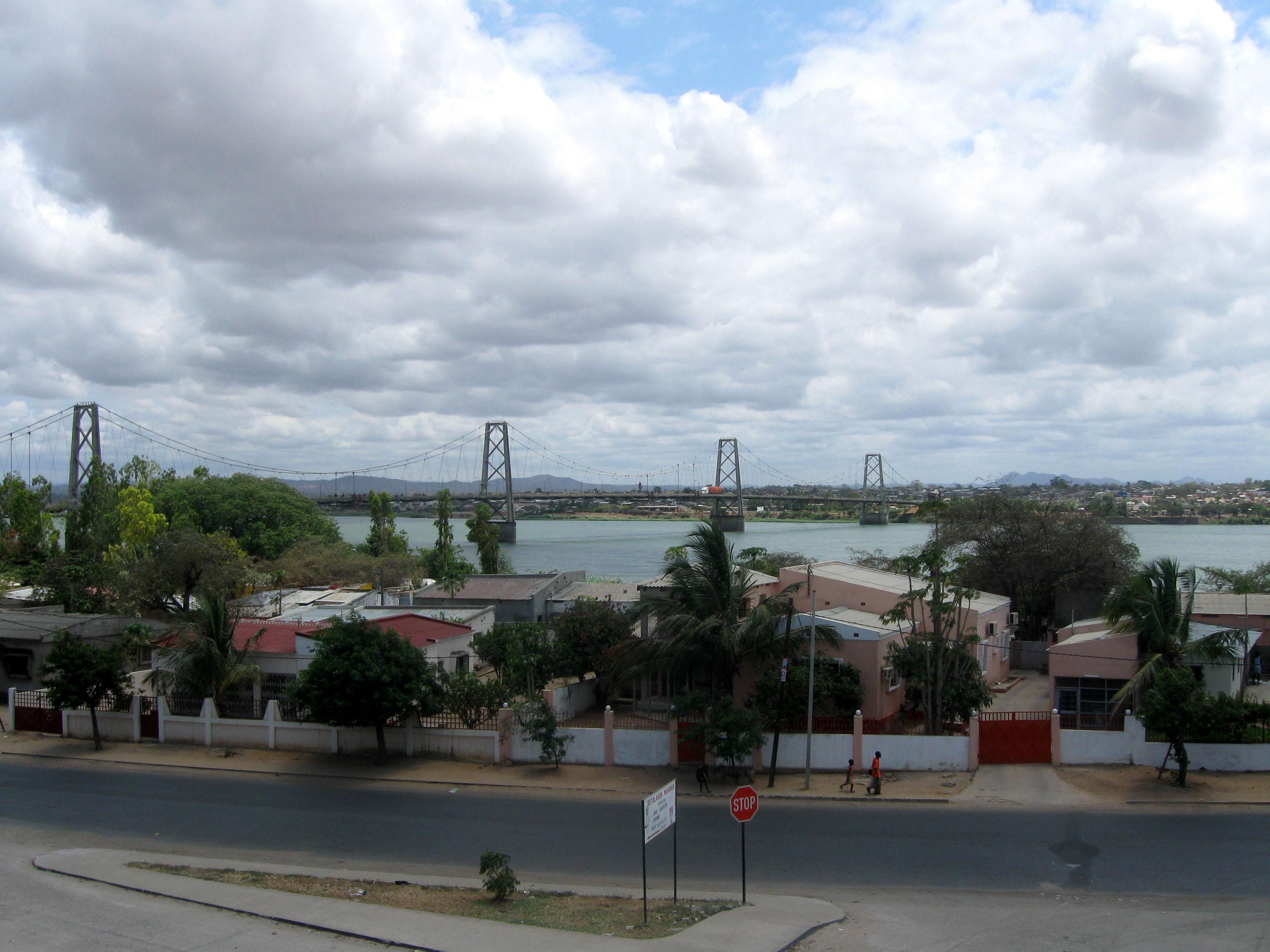 File:Bridge over the Zambezi at Tete, Mozambique.jpg ...